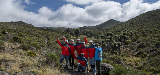 Hansruedi und Christine Büchi mit den lokalen Guides am Kilimanjaro unterwegs